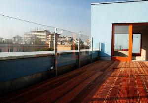 Bytový dům - dřevěné terasové rošty